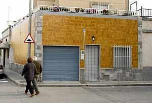 Dos personas pasan junto a la casa donde se produjeron los hechos. (Foto: EFE)
