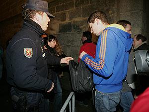 Un policía registra la bolsa de un joven en la Plaza del Obradoiro en Santiago de Compostela el pasado fin de semana. (Foto: EFE)