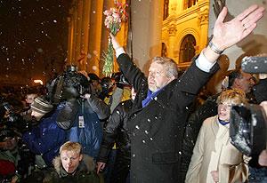 El líder de la oposición, Alexander Milinkievich, acalmado por la multitud en Bielorrusia. (Foto: AP)