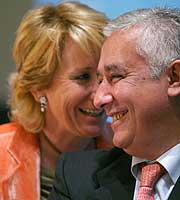 Esperanza Aguirre, junto a Javier Arenas, en Sevilla. (Foto: Fernando Ruso)