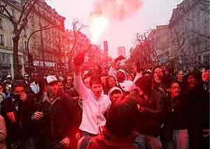 Un joven enciende una bengala en una manifestación de estudiantes en París. (Foto: EFE)
