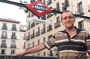 El director delante de la boca de metro de Chueca. (Carlos Barajas)