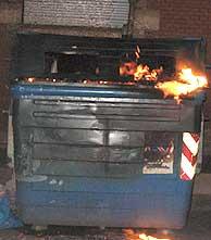El contenedor incendiado. (Foto: J. M. Bustamante)
