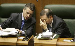Ibarretxe habla con Urkullu, del PNV, hoy en el Parlamento. (Foto: Pablo Viñas).