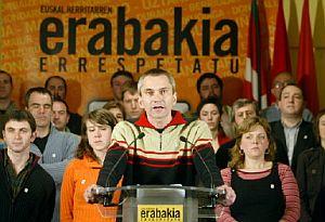 Joseba Permach, junto a otros miembros de la Mesa Nacional de Batasuna. (Foto: AFP)