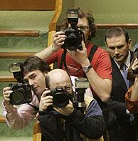 Ibarretxe entre fotógrafos en el Parlamento vasco. (Foto. P.Viñas)