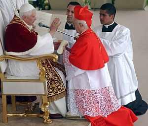 Benedicto XVI da la bendición al arzobispo de Toledo, Antonio Cañizares. (Foto: EFE)