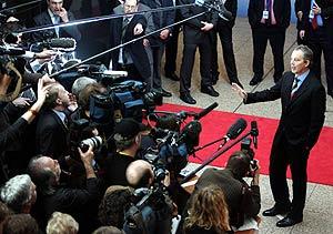 Blair responde a los periodistas en Bruselas, al término de la cumbre de la UE. (Foto: REUTERS)