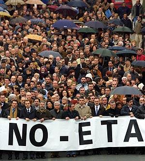 Manifestación contra ETA por la muerte de Joseba Pagazaurtundua en 2003. (Foto: AFP)