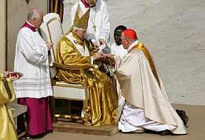 Cañizares, recibiendo el anillo cardenalicio. (Foto: AFP)