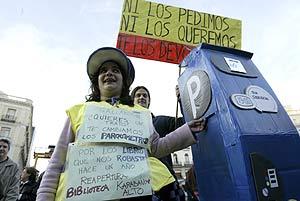 Un manifestante, con una réplica de parquímetro. (Foto: Antonio Heredia)