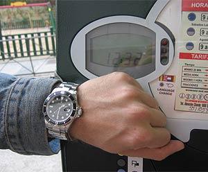Imagen de un parquímetro con la hora desactualizada en Chamartín. Su reloj marca las 12.32, cuando en verdad son las 13.32. (elmundo.es)
