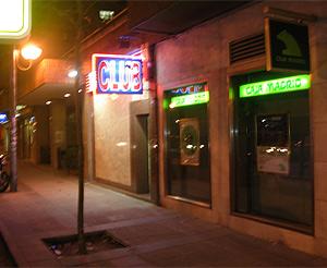 Imagen de la entrada a uno de los clubes de Catteleia, en Carabanchel. (elmundo.es)