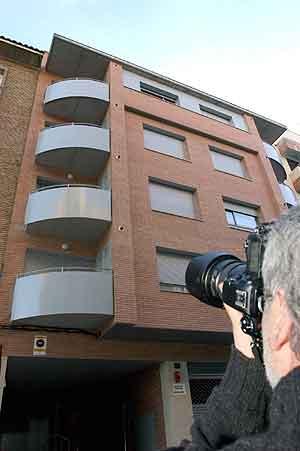 Edificio en el que vivía la pareja en Lleida. (Foto: EFE)