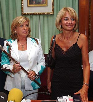 Isabel García Marcos (dcha.) junto a la alcaldesa en su toma de posesión. (Foto: EL MUNDO)