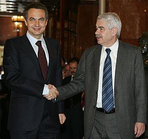 Zapatero saluda a Maragall al llegar al Congreso, a mediodía. (Foto: EFE)