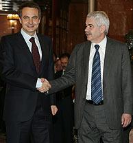 Zapatero y Maragall, en su apretón de manos. (Foto: EFE)
