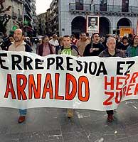 Aspecto de la manifestación celebrada ayer en Elgoibar (Guipúzcoa),en apoyo a Arnaldo. (Foto:EFE/Juan Herrero)
