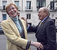 La vicepresidenta bromea con Pujol ya en la calle. (Foto: J. Aymá)