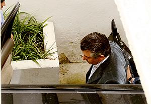 José Antonio Roca al abandonar los juzgados camino de prisión. (Foto: AFP)