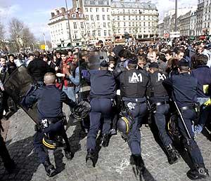 Protestas en la Plaza de la Bastilla de París. (Foto: AP)