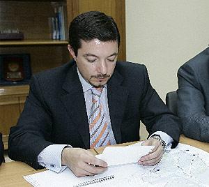 Pedro Calvo, concejal de Seguridad, en una reunión con los vecinos del SER. (Sinova)