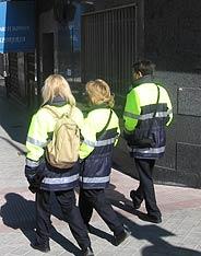 Los vigilantes del SER patrullan en grupo por Carabanchel por 'seguridad'. (R. Bécares)