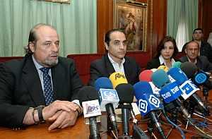 El alcalde en funciones de Marbella, Tomás Reñones (2º izda.), junto a los concejales Rafael Calleja (izda.), Carmen Revilla y Felipe Plasencia. (Foto: EFE)