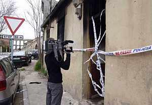 Un reportero toma imágenes del inmueble incendiado. (Foto: EFE)