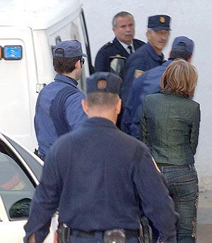 La Policía conduce al juzgado a Isabel García Marcos. (Foto: EFE)