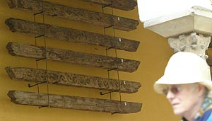 Exposición de unas vigas similares a las que iban a subastarse. (Foto: Madero Cubero)