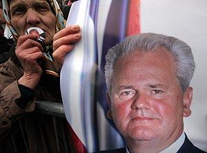 Una mujer, con un retrato de Milosevic, durante un acto de duelo en Belgrado. (Foto: AP)