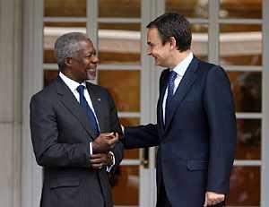 Kofi Annan (izda.) charla con Rodríguez Zapatero en las puertas de La Moncloa. (Foto: AFP)
