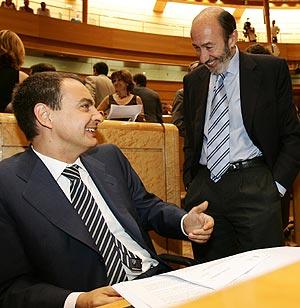 El presidente, con Rubalcaba, en el Congreso. (Foto: EFE)