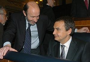 Pérez Rubalcaba con Rodríguez Zapatero, el pasado día 29 en el Congreso. (Foto: EFE)