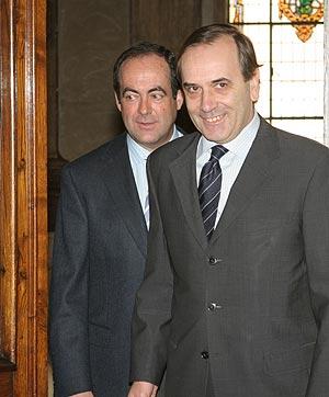 Alonso, a la derecha, junto a Bono. (Foto: EFE)