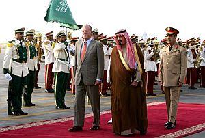 Juan Carlos I es recibido por el Rey de Arabia Saudi, Abdullah Bin Abdulaziz Al-Saudí. (Foto: EFE)