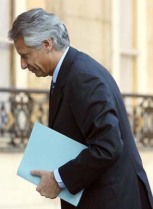Villepin llega a Matignon tras su encuentro con Chirac. (Foto: REUTERS)