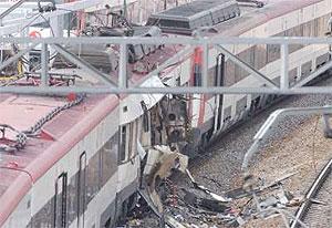Uno de los trenes destrozados por las bombas. (Foto: Paco Toledo)