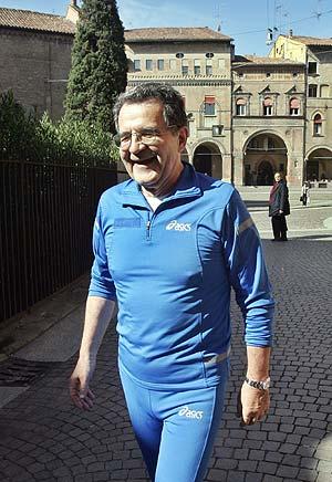 Romano Prodi vuelve a su casa, en Bolonia, tras dar un paseo. (Foto: AFP)