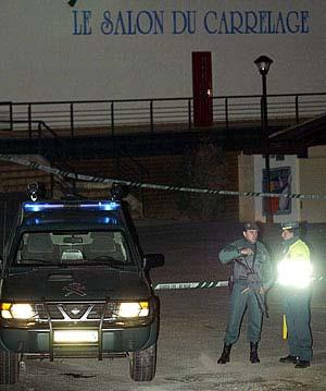 La Guardia Civil acordona una discoteca en Navarra el pasado mes de febrero donde ETA puso una furgoneta bomba. (Foto: AFP)
