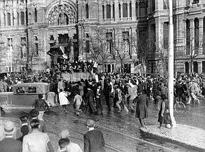 Imagen tomada el 14 de abril de 1931 en la que una muchedumbre festeja en la plaza de Cibeles la proclamación de la República. (Foto: EFE)