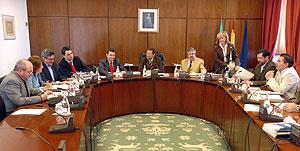 Reunión en Sevilla de la ponencia para la reforma del Estatuto. (Foto: EFE)