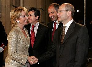 El presidente de Andalucía, Manuel Chaves, saluda a Aguirre en Barcelona. (Foto: EFE)