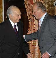 El Rey saluda al escritor mexicano Sergio Pitol antes del almuerzo. (Foto:EFE/Ballesteros)