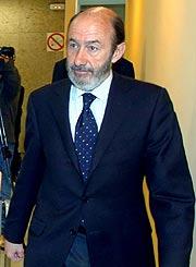 El ministro del Interior, antes de su comparecencia. (Foto: EFE)
