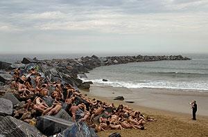 Voluntarios posan en la playa de Zurriola. (Foto: REUTERS)