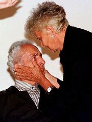Con Antonioni, en la Mostra de 1997. (Foto: EFE)