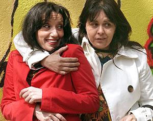 Luz Casal y la periodista Magda Bonet, durante la presentación. (Foto: EFE)
