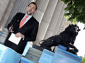 Mariano Rajoy, junto a las cajas de las firmas. (Foto: EFE)